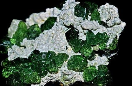 Demantoid gemstone: meaning, properties, uses, power, jewelry, photo