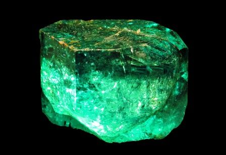 Emerald gemstone: meaning, properties, uses, power, jewelry, photo